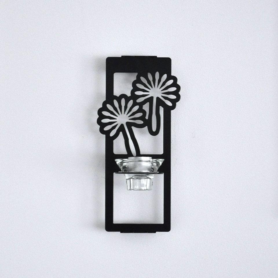 Stilfull lampett för värmeljus som ger en effektfull skugga på väggen