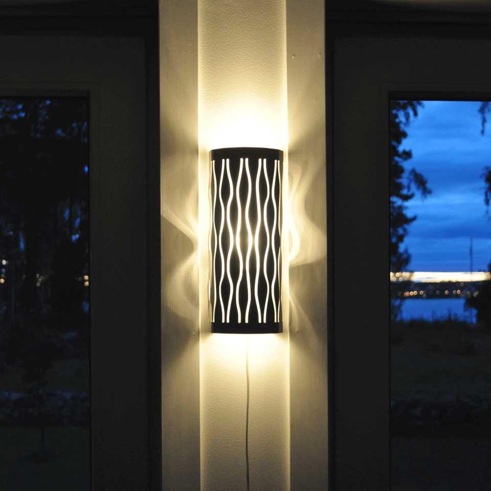 Dekorativ lampa i aluminium. Lätt att byta ut skärmen för variation.