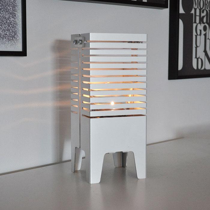 Lampa anpassad för både el och värmeljus.