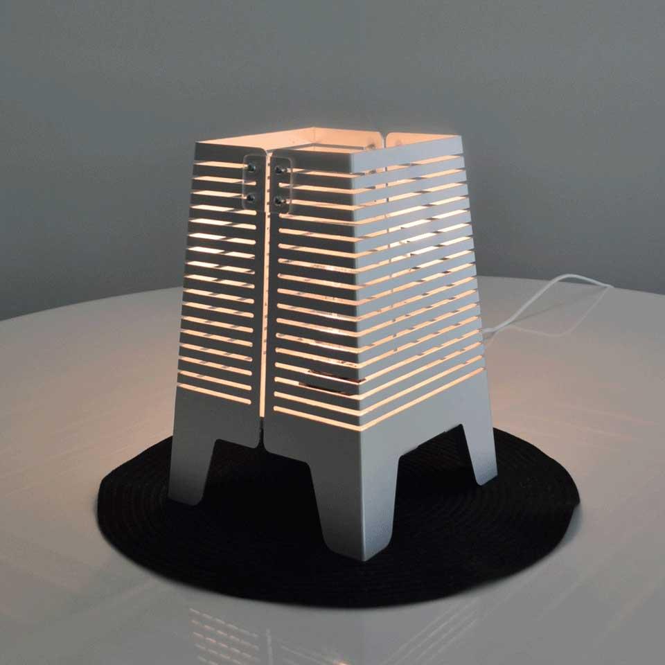 Lampa Horisont. Bordslampa i aluminium och trä.