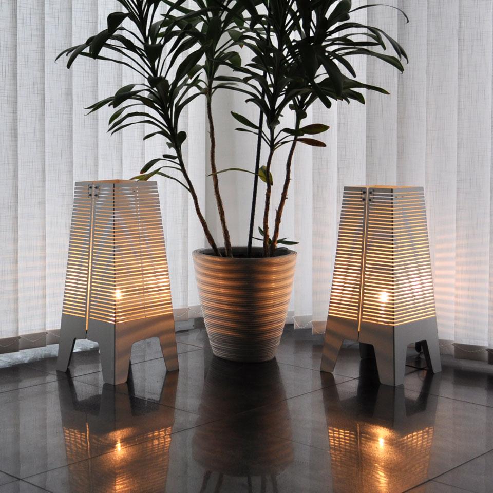 Lampa Horisont. Golvlampa i aluminium och trä.