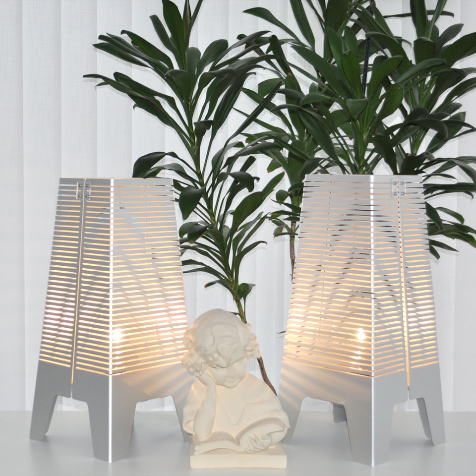 Golvlampa i aluminium och trä