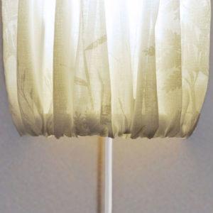 Vägglampa med vit tygskärm